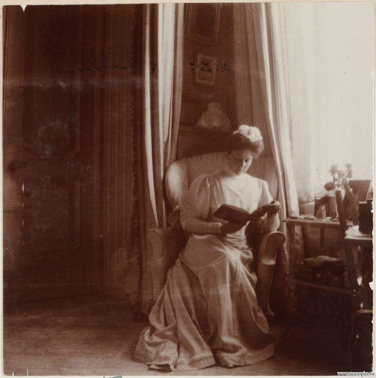 Александра Федоровна в кресле в  сиреневой комнате Александровского дворца с книгой