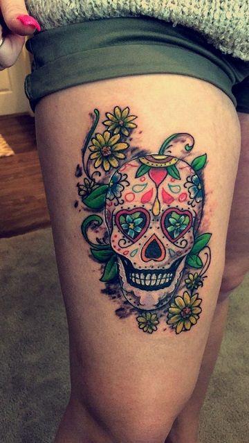 calaveras mexicanas con flores tatuaje en la pierna