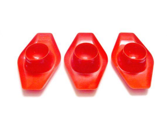 FeelingOfDejaVu sur Etsy - Coquetiers rouges plastique . Couleur rouge orangé . DBP Antwerp Belgique . Vintage Années 70