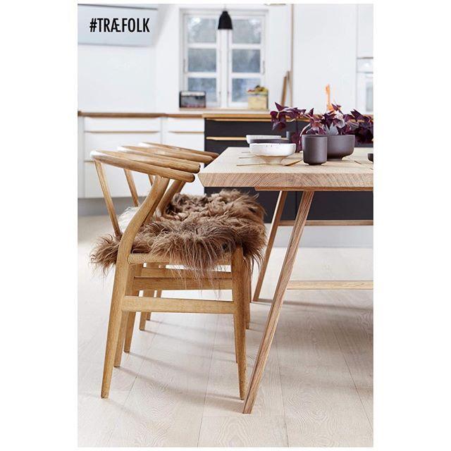 Plankebord i eg med vores håndlavede træben #TRÆFOLK #plankebord #spisebord #køkken #indretning #boligindretning #boliginspiration #bolig #nytkøkken #egetræsbord #egetræ #snedker #madeindenmark