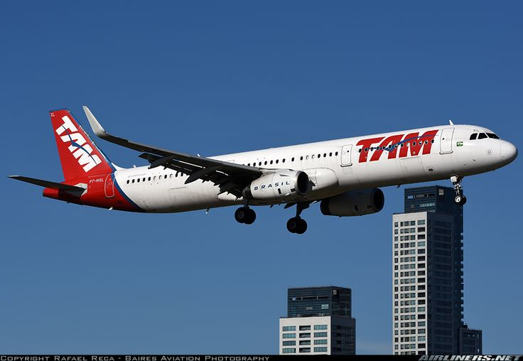 LATAM Airbus A321-231 PT-MXL on final approach to Buenos Aires-Aeroparque Jorge Newbery, May 2017. Still wearing the old TAM livery. (Photo: Rafael Reca)
