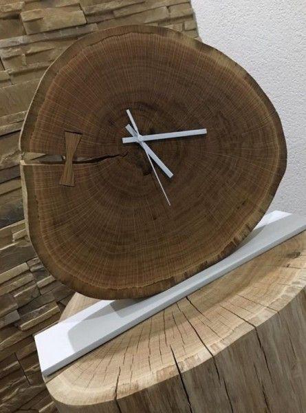 Slovensky-Italiano-English  Ponúkame vám jedinečné stolové hodiny z dubového masívu na bielej kovovej podložke, vhodné do každej modernej domácnosti, ale aj do reštaurácie či hotela....
