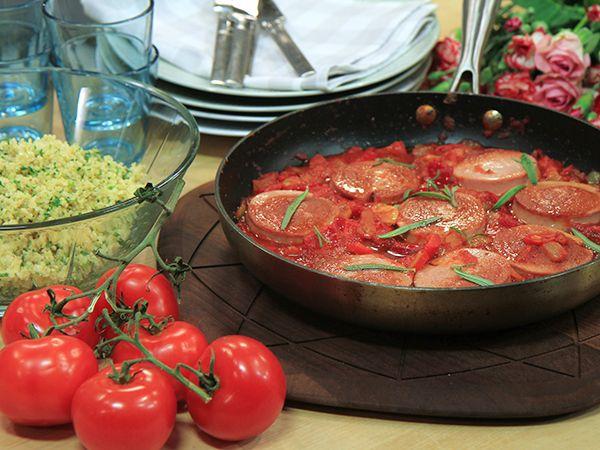 Stekt falukorv med tomat- och paprikasås | Recept.nu