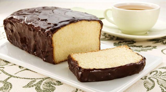 Bolo Tipo Pullman - 4 ovos - 2 xícaras (chá) de açúcar - 3 xícaras (chá) de farinha de trigo - 1 xícara (chá) de amido de milho - 1 vidro de leite de coco - 200 g de Margarina Preaqueça o forno em temperatura média (180 ºC) Na vasilha da batedeira, coloque todos os ingredientes e bata até obter uma massa lisa. Unte uma forma de furo central com margarina, polvilhe farinha de trigo e despeje a massa. Asse o bolo por cerca de 1 hora, ou até que, ao espetar um palito, ele saia limpo.
