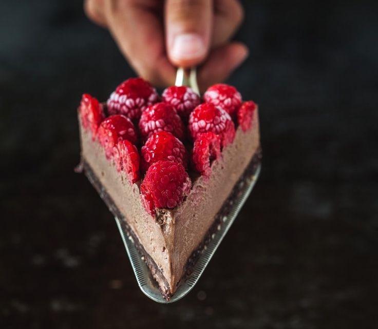 Cheesecake al cioccolato con base di frutta secca e datteri ricoperta con una crema di anacardi e cacao completata da una distesa di lamponi per bilanciare i sapori. Perfetta per colazione, per uno spuntino prima di..