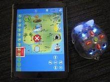 De Blue-bot app gaat een stapje verder dan de Bee-bot, naast het programmeren op de tablet kan je er een tastbare (maar nog dure) blue-bot mee aansturen.