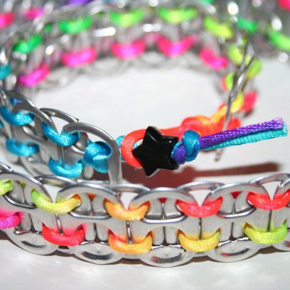 Un impresionante pop puede ficha pulsera y collar con neón arcoiris cordones y cierres de grano negro estrellas.    La pulsera adapta a las muñecas de 6,5 a 7,25 pulgadas. Collar encaja cuellos de 14 y 15 pulgadas. Convo mí para un tamaño más pequeño o más grande pulsera/collar