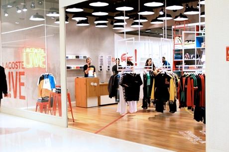 http://www.jkiguatemi.com.br/ Lacoste Live - Linha mais jovem e colorida da Lacoste, lembra muito o estilo da Benetton nos anos 90 com jaquetas, pólos e malhas com cores fortes e contrastantes.