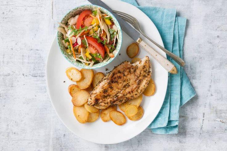 Kijk wat een lekker recept ik heb gevonden op Allerhande! Kip met gebakken aardappelschijfjes en salade