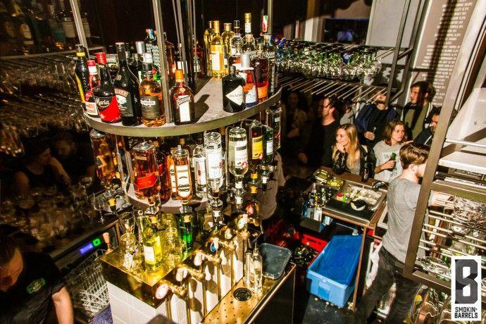 Smokin' Barrels in upcoming Oost. Nouveau ruig zegt je misschien niets, maar je kent ze zonder twijfel. Van die stoere, ruige mannen in geruite overhemden en met gezichtsbeharing waar je u tegen zegt. Ze zijn zo lekker 'no-nonsense'. Dit is een knusse tent waar je burgers met bier of kreeft met cocktails neemt. Lekkerrr! #smokinbarrels #amsterdam #comfortfood #hotspot