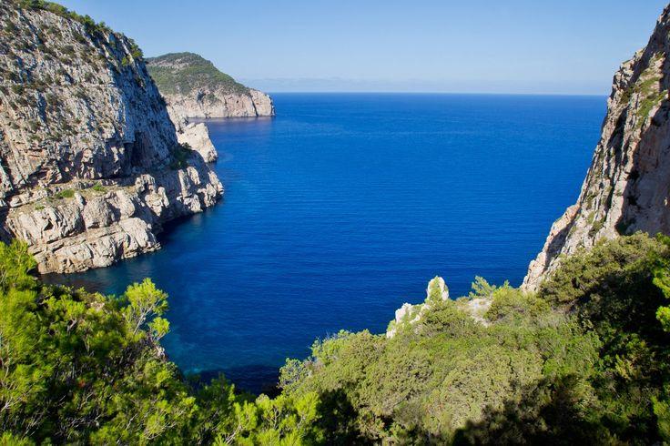 Discover the Rooms at the Hacienda Na Xamena, boutique hotel in Ibiza.