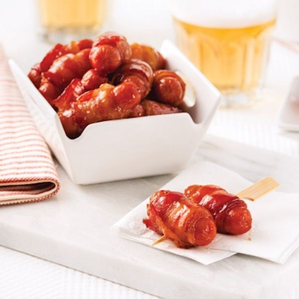 Couper chacune des tranches de bacon en deux. Enrouler une demi-tranche de bacon autour de chaque saucisse...