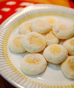 Det här är en variant av mitt recept på glutenfria syltkakor, som jag gör med hemmagjord lemon curd som fyllning. Försvinnande goda och väldigt enkla att göra! GLUTENFRIA CITRONKAKOR 175 g rumsvarmt smör 1 dl strösocker 1 ägg 3 1⁄2 dl potatismjöl ca 1 dl lem