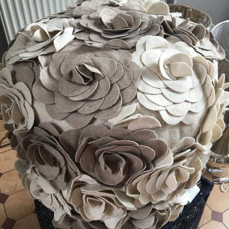 Ищете необычный декор для #дома? Оригинальные #пуфы из Америки уже в московской #galleria_arben @juliachigina #цветы