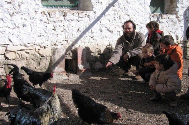 Montañas, barrancos y fuentes invitan a descubrir en familia el patrimonio rural de esta comarca del interior de Castellón: http://www.viajarenfamilia.net/viajes/vacaciones-en-granja-escuela/