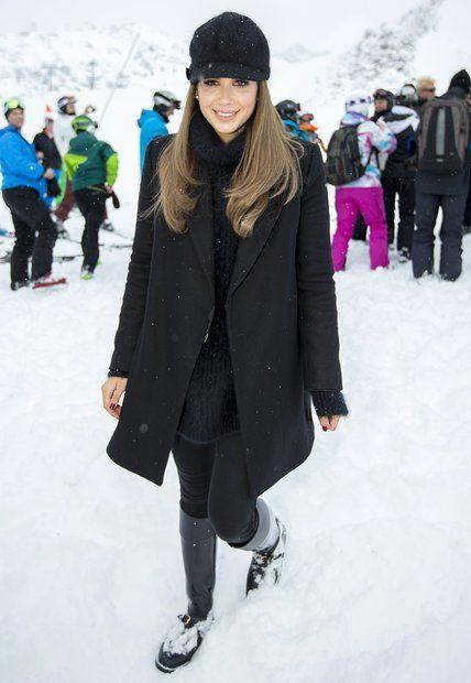 Fashion-Looks: Komplett in schwarz sieht Mandy Capristo vielleicht nicht wie die typische Eis-Prinzessin aus, im Kontrast mit der weißen Umgebung wirkt sie dennoch wie eine Schnee-Style-Queen.