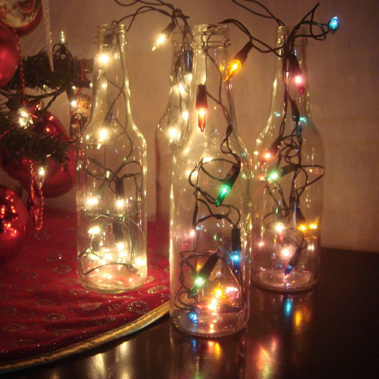 Enfeite para o natal - garrafas de vidro e luzes de natal (pisca-pisca). Simples e dá um mega efeito. www.quadrofeminino.com