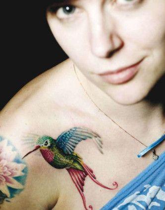 tatuagem beija flor no ombro