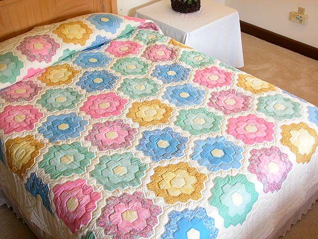 Flower Garden Quilt -- wonderful specially made Amish Quilts from Lancaster (hs849)