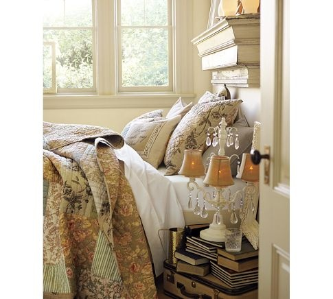 as cores do quilt, a pilha de livro, a prateleira envelhecida