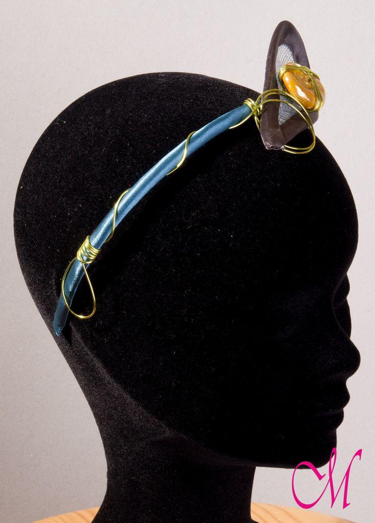Diadema de raso azul turquesa decorada con lágrima de sinamay, piedra ambar y aluminio en verde lima. www.monetatelier.com