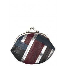 Granny pungen fra Becksöndergaard har et lille indvendigt rum til at holde styr på dine kreditkort og mønter. Den er festlig og er af 100% lækkert åleskind. Størrelse: 13,5 x 18 cm.