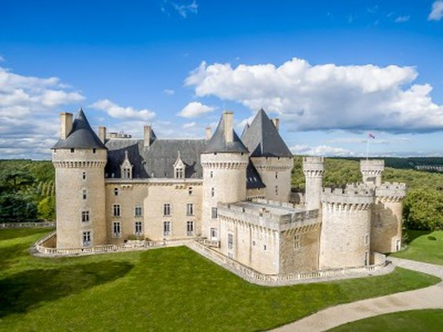Grade 1 listed Château currently operating as a 23 bedroom hotel with restaurant near the town of Châteauroux. A development project providing a further 10 apartments and 17 en-suite bedrooms has been drawn up and costed. Spa facilities, pool and...