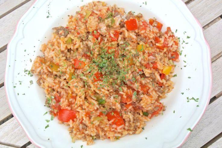 Dit lekkere recept met rijst, gehakt, paprika, bosui, rode peper en gepelde tomaten is zo'n gerecht dat heerlijk is om doordeweeks te maken nadat je de hele dag gewerkt hebt. Het is namelijk gezond, simpel en heel snel te bereiden. En het allerbelangrijkste misschien wel: ook erg lekker! Tijd: 15 min. Recept voor 4 personen...Lees Meer »