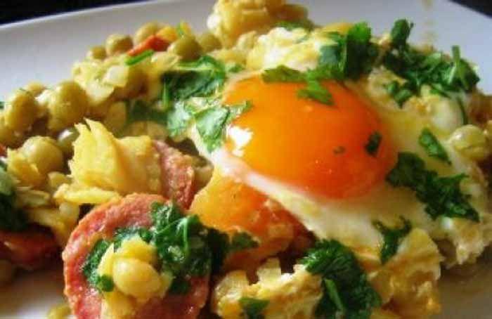 Bacalhau com ervilhas e ovos escalfados