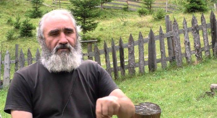 Ieşeanul Ioan Baron, fost mecanic CFR, s-a retras în munţii Bucovinei şi a învăţat leacurile naturii, pe care le prepară singur alinând suferinţele călugărilor şi mirenilor trimişi la el chiar de medici.  Dintre cei 68 ani pe care-i are, Ioan Baron a trăit 4 ani într-un bordei săpat în pământ pe M