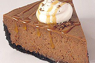 Une croûte de biscuits au chocolat. Une pâte au café et au chocolat. Une sauce au caramel. Hâtez-vous d'en prendre un morceau, car ce gâteau au fromage s'envolera en un rien de temps!