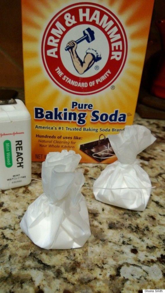 Faça mini-bolsas de bicarbonato de sódio para desodorizar sua geladeira e não ter que colocar a caixa toda dentro.