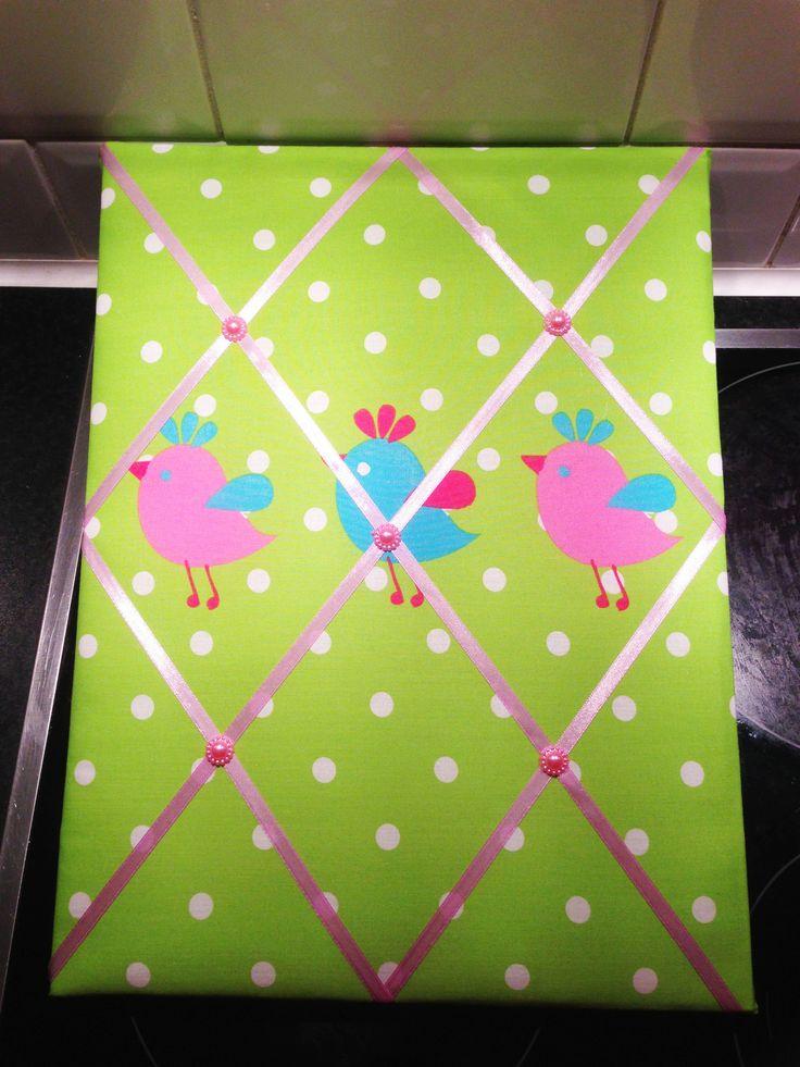 Lintbord memobord met vogelopdruk en stippen. Limegroen met zachtroze satijnlint afgewerkt met parelapplicaties