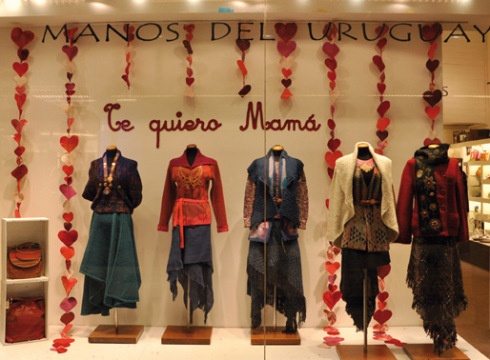 "a recent post from the Manos del Uruguay blog, ""Te Quiero Mama"".  The windows showcase designs and woven garments created by the artisans for the local markets and brands throughout the world."