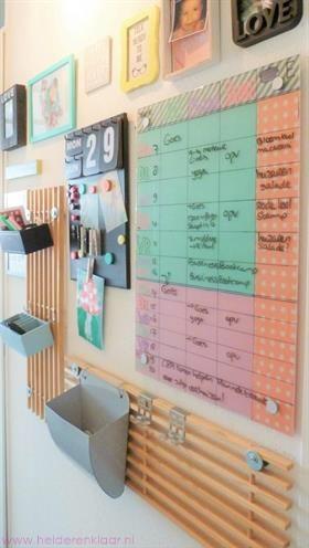 Ikea memobord KLUDD omgetoverd tot mooie gezinsplanner. Plus andere ieeën voor grote DIY planners voor alle afspraken en bezigheden voor alle gezinsleden. Organiseer je gezin gemakkelijker | time management | DIY | organizen