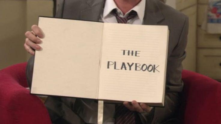 O que significa normalmente: Um livro usado por treinadores e/ou jogadores para desenvolver as estratégias das partidas. O que significa para os fãs de How I Met Your Mother: É o guia de Barney para conseguir uma mulher para transar com ele.