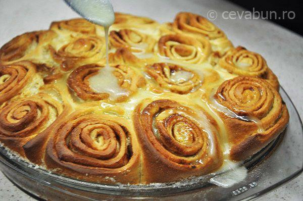 Rulouri cu scortisoara: cum se fac. Reteta de rulouri cu scortisoara. Cum se fac cinammon rolls sau cinnabon rolls. Deserturi cu scortisoara