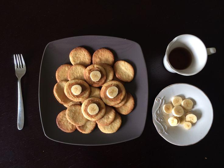 Tè nero, biscotti al burro fatti da me per sentirmi un po' più a casa, dato che eravamo in Israele, banana e crema al biscotto per guarnire a cura della mia coinquilina.  A casa o fuori, mi piace collezionare posti speciali e condividere il momento. Sperando di aver messo giù dal letto il piede giusto :)