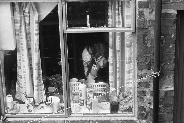Making up in Mason Street, 1971 © Sirkka-Liisa Konttinen