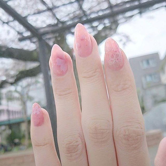 ⋆ ⋆ #桜 といっしょに撮りたかったけど桜があんまり映らなかったよー😂  今度は左手😊  #キャンドゥ で購入した#しずくウォーターネイルシール を使ってしたネイル💅 #ウォーターネイルシール って貼り直しも簡単だから好き♡ . #春ネイル #桜吹雪 #しずくネイルシール #しずくネイルシールコンテスト2 #ピンクネイル #桜ネイル #桜とネイル #桜吹雪ネイル ⋆ ⋆ #セルフネイル #セルフジェルネイル #ジェルネイル  #nailstagram #nails #ネイル  #newネイル #gelnails #nailart #selfnail #100均ネイル #美甲 #光疗胶美甲 #BOUCHERON #キャトルリング #💅 #爪 #主婦ネイル