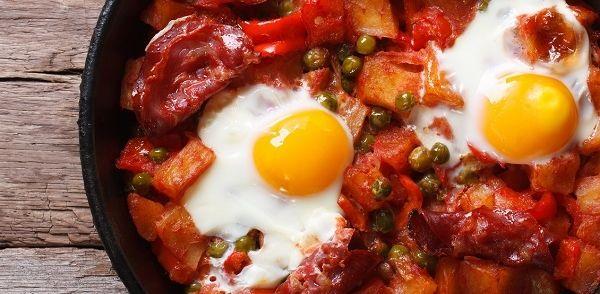 In Spanje noemt men dit gerecht: Huevos a la flamenca. Een overheerlijk gerecht met veel verschillende groentesoorten