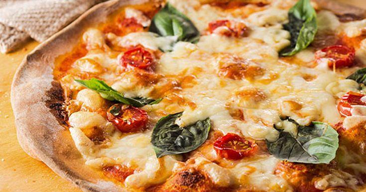 ホームベーカリーで生地から手作りの本格派!普段の食事からパーティーメニューまで大活躍するピザが、おうちで気軽に作れます♪