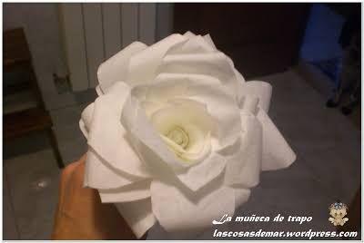 Hola de nuevo , vuelvo a las flores , en este caso de papel de filtro de café, que son, en mi opinión , las que más se parecen a las reales. Comienzo a explicar como las he hecho Lo primero que hiz…