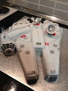 Como me dijo mi marido... tu primera tarta friki y se la haces a otro... Pobre... si es que es un friki declarado y muy orgulloso de e...