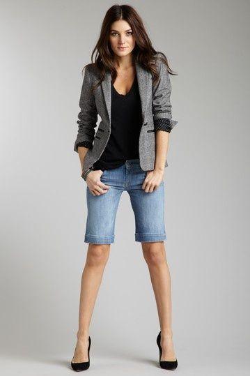 Para as mulheres que sentem dificuldade de usar Short, a Bermuda é a melhor opção para os looks casuais de Verão! Mas como usar essa peça de maneira m...