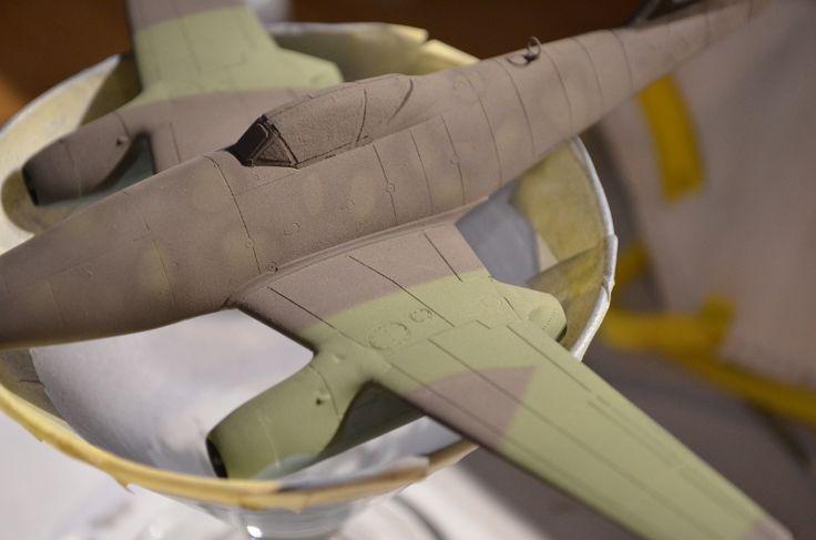 Ein wichtiger Tipp hierbei: Macht den Nadelschutz runter, der Farbstrahl ist dünner und kompakter. Über den Druck und Nadelregler an der Gun und am Kompressor könnt ihr das somit optimal einstellen.