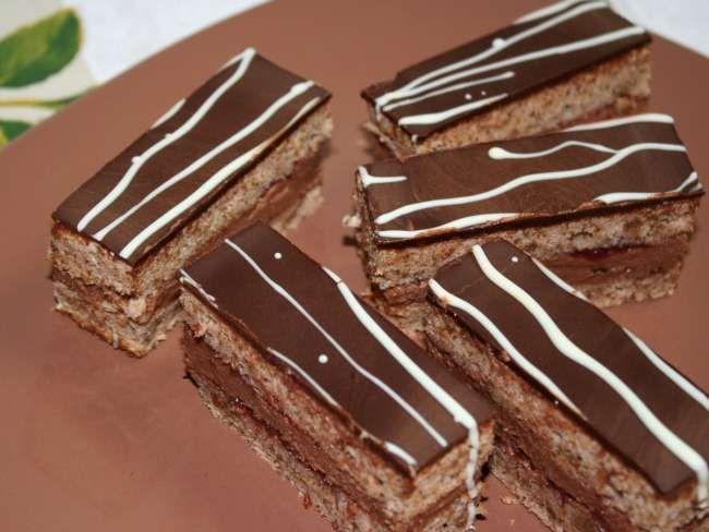 Výborný a jednoduchý zákusok s orechmi, naplnený čokoládovým krémom.
