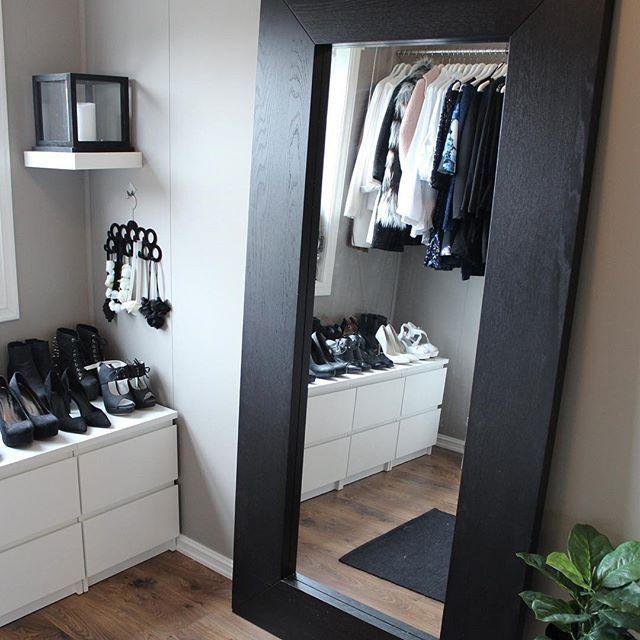 • Walk in closet • Ferdig med alle eksamener, jippiii! Feirer med å ligge rett ut med halsbetennelse og feber🤒😔 Typisk!! Håper dere har en fin kveld🖤 ______________________ #inspireustuesday @diy_guro @interiorbyjeanetteleikvoll #wic #dressingroom #vanity #garderobe #walkincloset #interior #interiors #interiorstyling #interiordesign #interiør #passion4interior #interior4you1 #interior4all #mynordicroom #nordiskehjem #skandinaviskehjem #scandinaviandesign #finehjem #finahem #instahome…