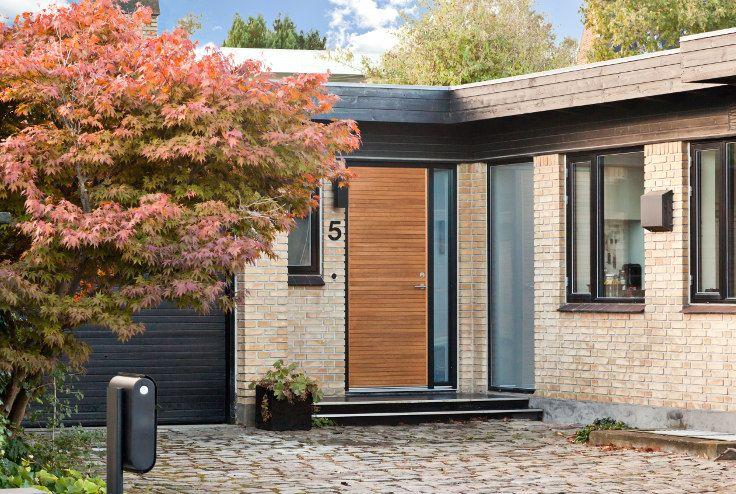 Front door in light oak | JE-træ model Aros | built by vahle