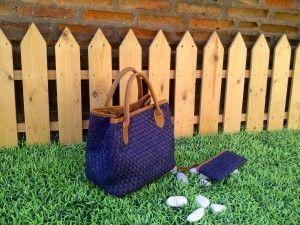 Tas kulit membuat wanita terlihat anggun dan elegan. Tas kulit anyaman ini akan menambah kesan elegan dan menunjukkan status wanita yang membawanya.